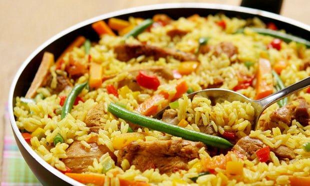 biryani com frango e legumes